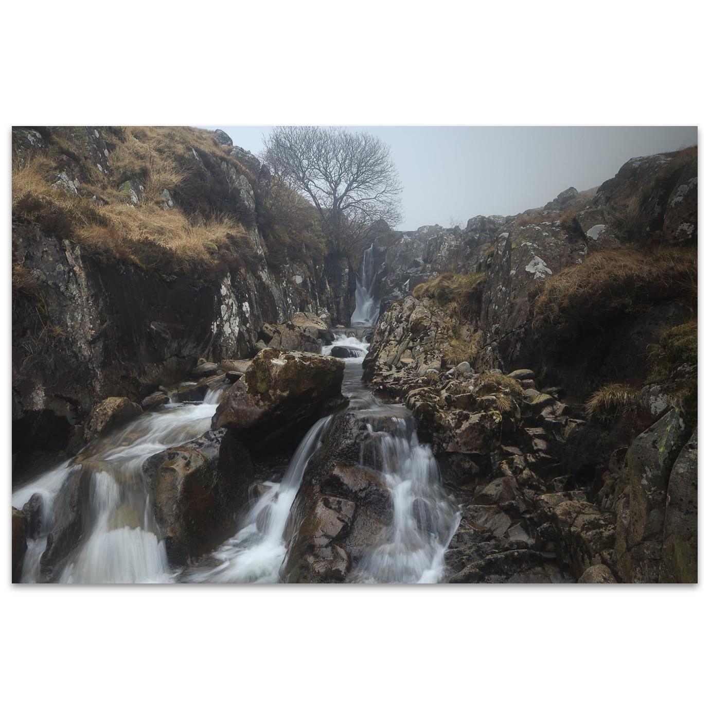 Une cascade dans la brume dans les Scottish Borders